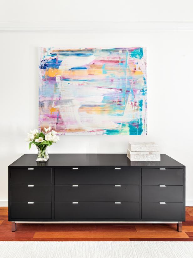 Karya seni abstrak sebagai dekorasi foyer rumah - source: hgtv.com