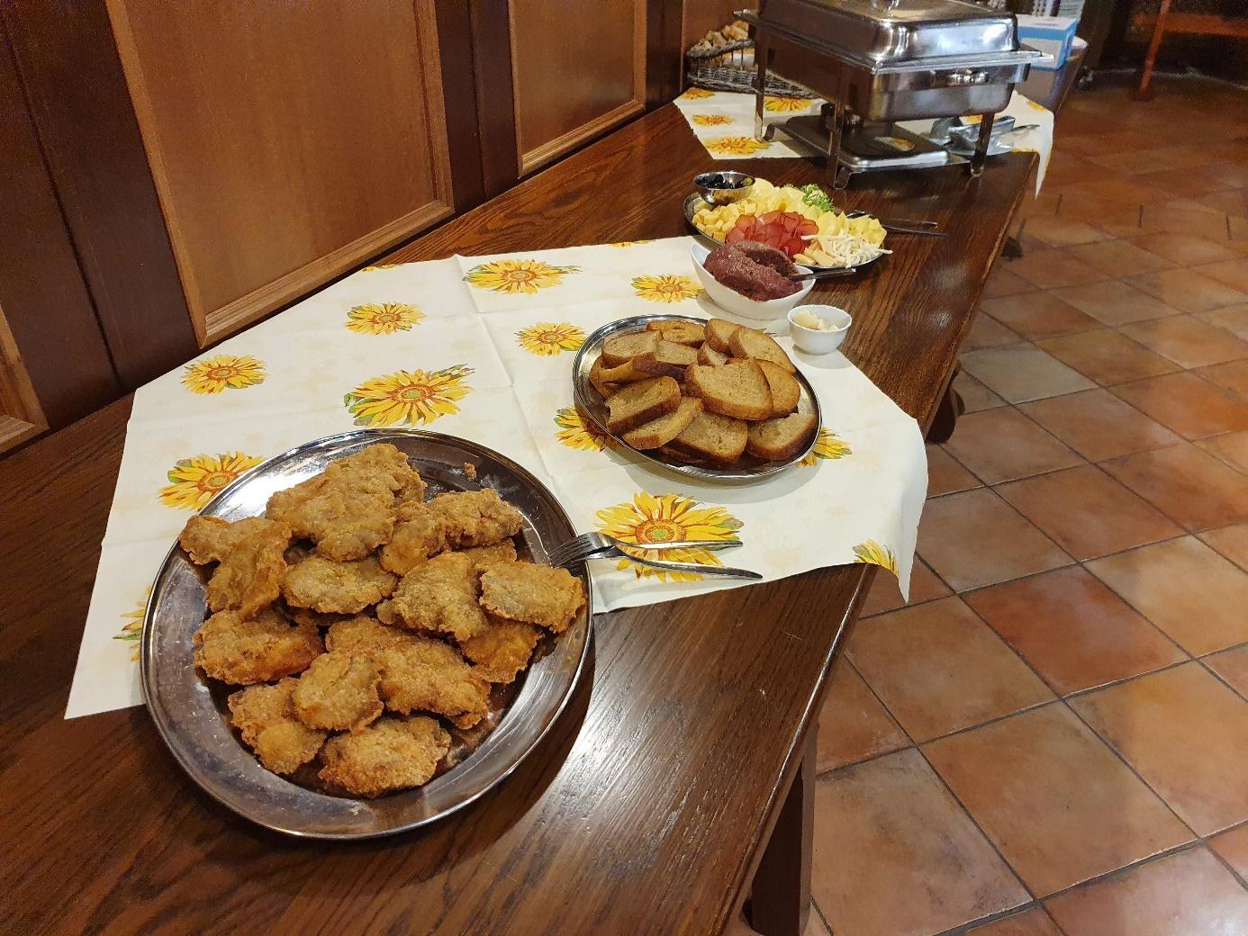 Obsah obrázku stůl, jídlo, talíř, interiér  Popis byl vytvořen automaticky