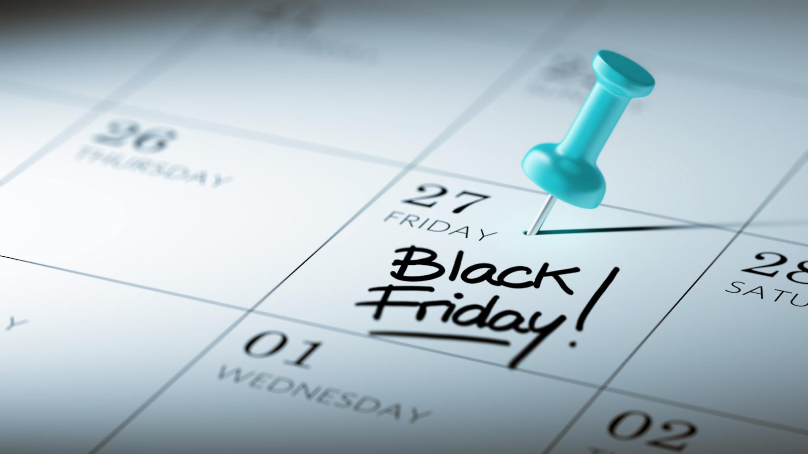 Calendário com um pin azul no dia 27. Dentro do quadrado que envolve a data, lê-se as palavras Black Friday.