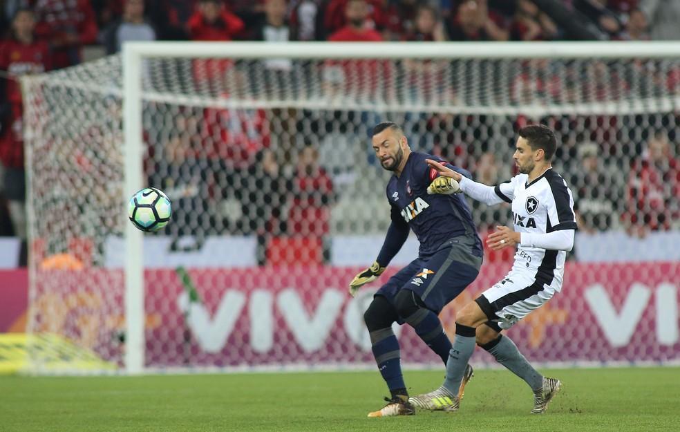 Pimpão recebeu terceiro cartão amarelo e não enfrenta o Atlético-GO (Foto: Giuliano Gomes/PR Press)
