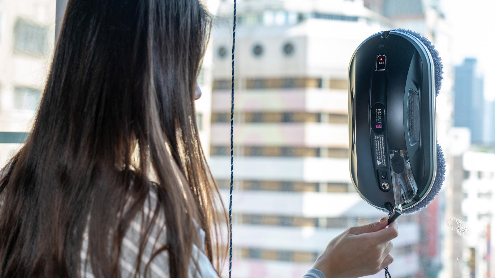 窗戶哪有這麼難清?玻妞擦窗機器人 HOBOT-388 可以幫上忙嗎?