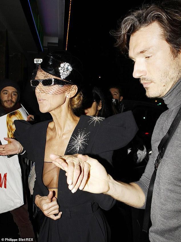 Celine Dion lại gây sốc khi diện váy xẻ sâu khoe ngực với cơ thể nhăn nheo - ảnh 4