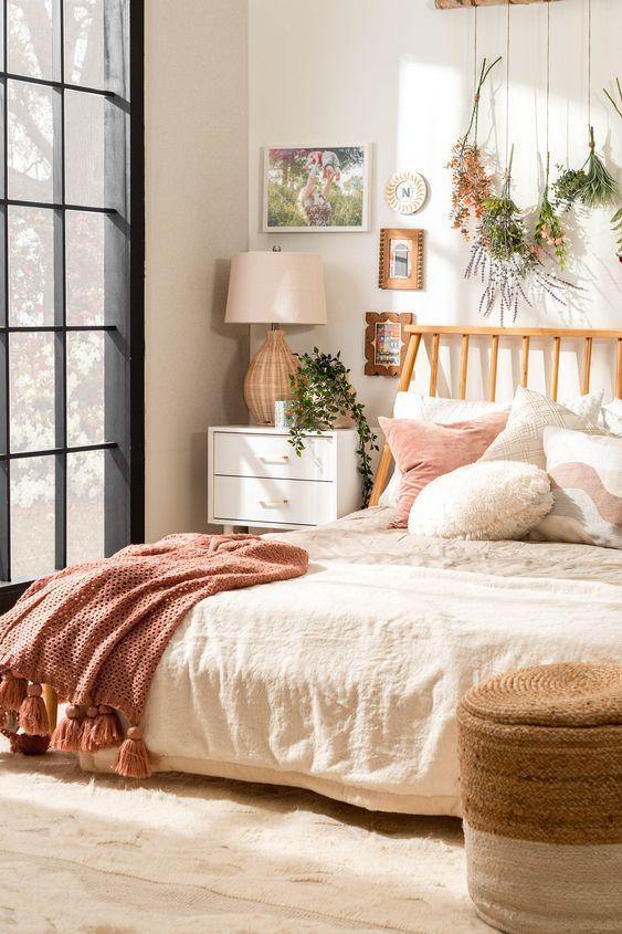 O imagine care conține interior, pat, pernă  Descriere generată automat