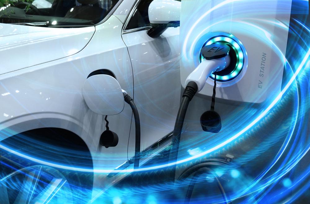 As fontes de energia são responsáveis por carregar a bateria do carro elétrico. (Fonte: Shutterstock/buffaloboy/Reprodução)