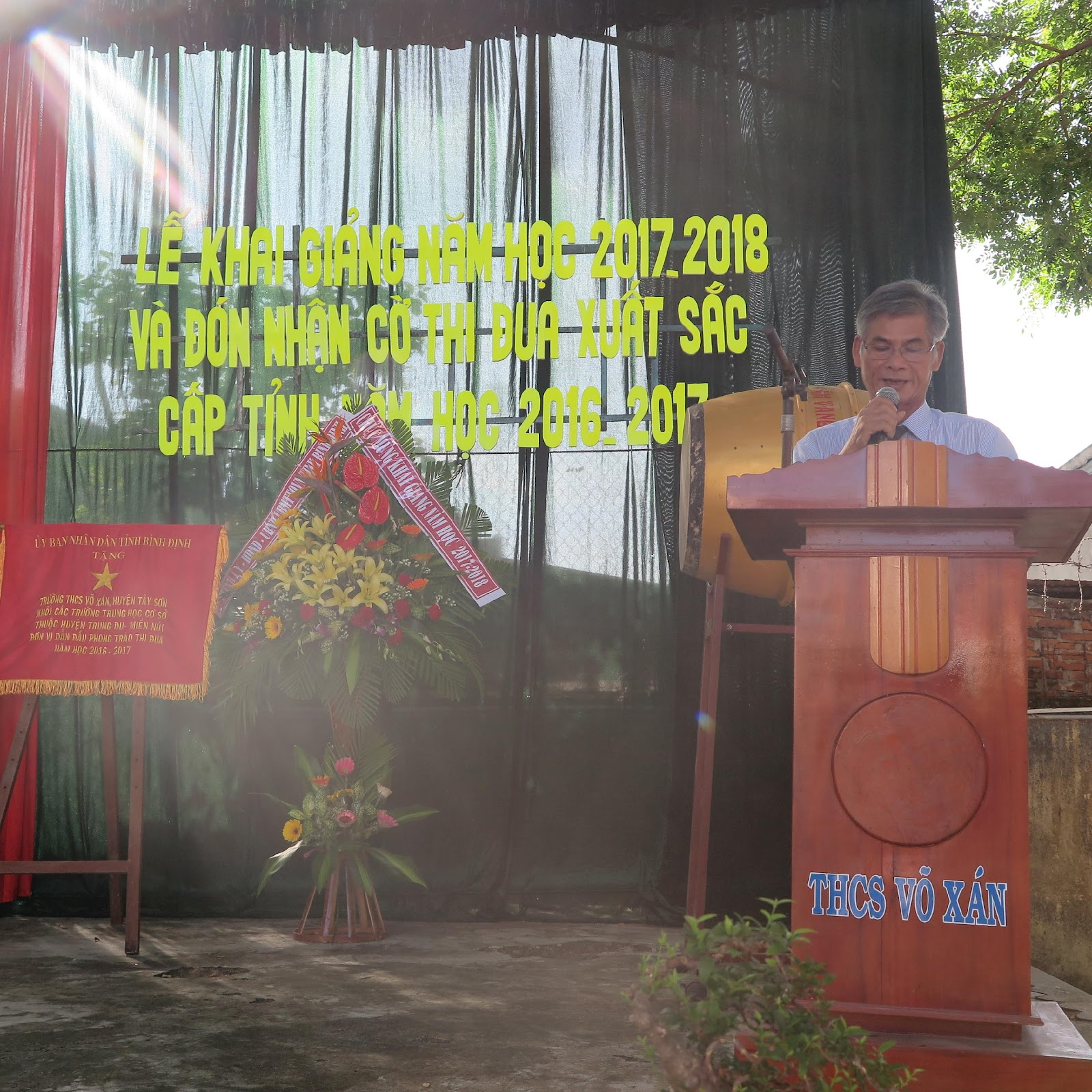 Thầy Nguyễn Duy – Hiệu trưởng nhà trường đọc diễn văn khai giảng năm học mới.