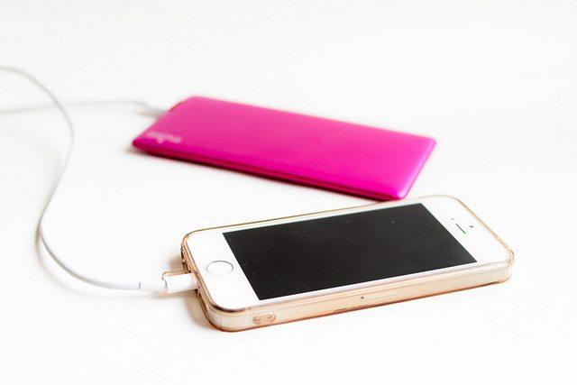 Dicas de viagem para não passar apuros - Compre um carregador de telefone portátil