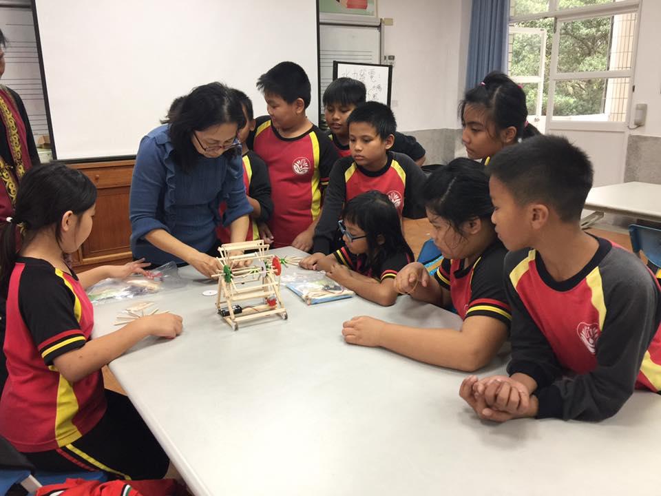 部落小學的孩子們,學習如何製作小型風機,透過實作課程認識部落的再生能源。圖片來源│主婦聯盟