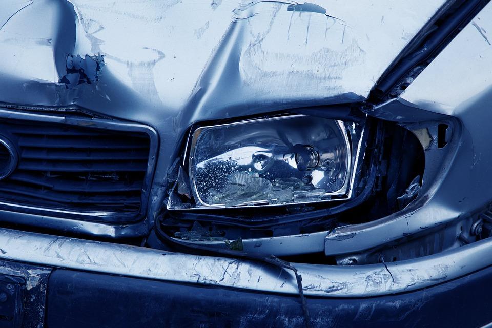 samochód osobowy po wypadku