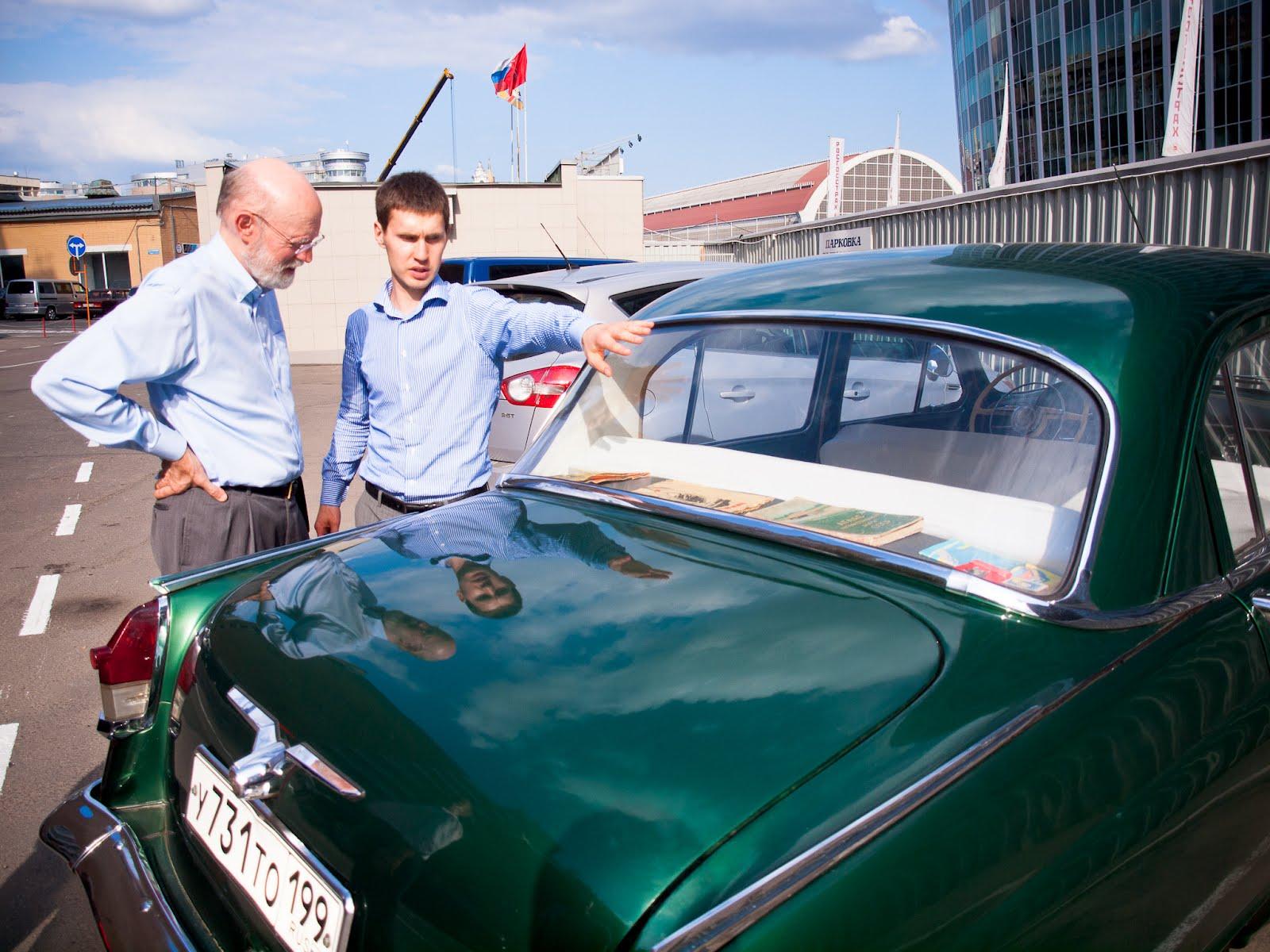 Вячеслав Болтрукевич демонстрирует Джиму Вумеку отечественный раритетный автомобиль