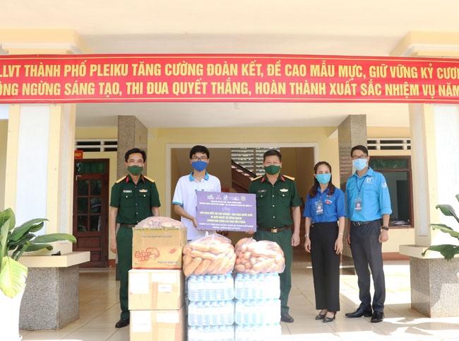 Ban tổ chức chương trình trao tặng nước rửa tay sát khuẩn, khẩu trang, nhiệt kế hồng ngoại cùng nhu yếu phẩm cho Bộ Chỉ huy Quân sự tỉnh Gia Lai