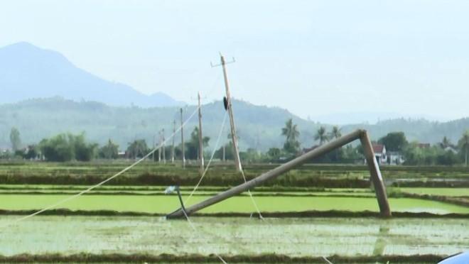 Phú Yên: Vòi rồng bứng gốc 17 trụ 110kV, 12.000 hộ dân mất điện - Ảnh 1