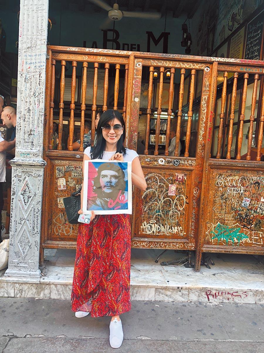 為了切.格瓦拉,朱亞君跟團遊古巴,發現大多數遊客是受韓劇吸引。(截取自朱亞君臉書)