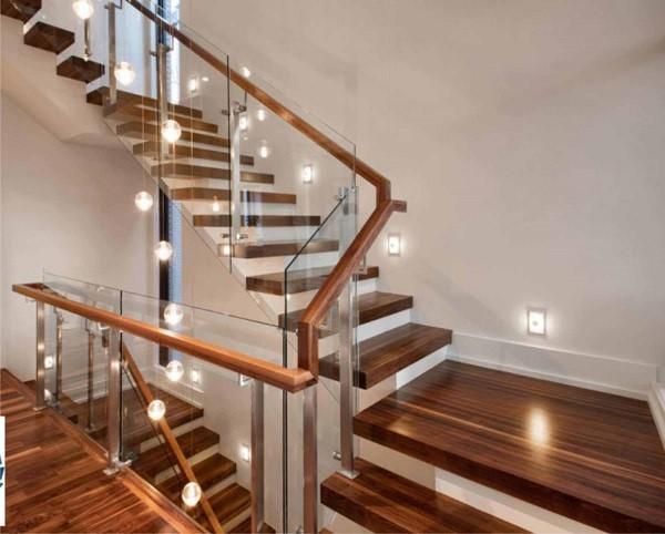 Những ưu điểm của cầu thang kính bạn cần biết