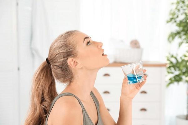 cách sử dụng nước súc miệng - Dr.Muối