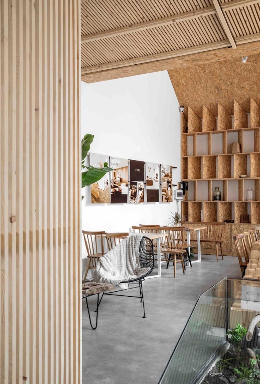 Inspirasi desain cafe tropical dengan kayu dan bambu sebagai material utama interior - source: pinterest.com