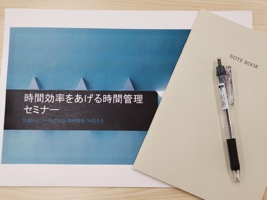 壁に貼られた紙  中程度の精度で自動的に生成された説明