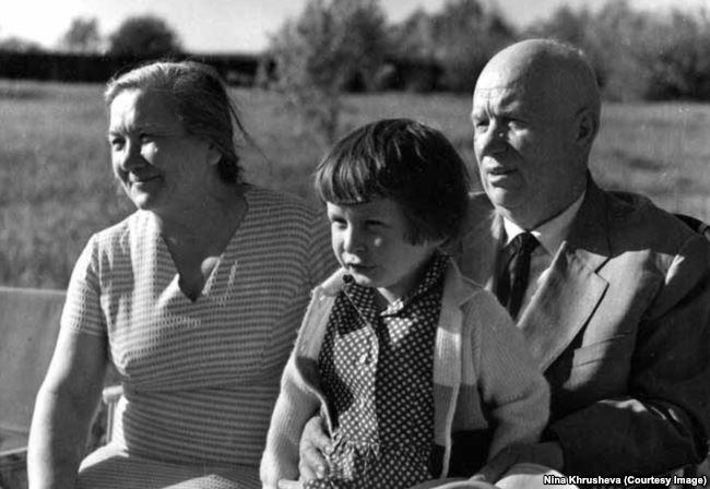 Нина Хрущева сидит на коленях у Никиты Хрущева, 1967
