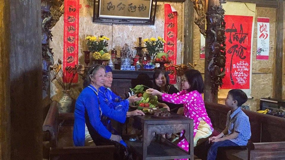 Khách thập phương đến tham quan trải nghiệm tại di tích Hồ Văn