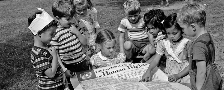 Crianças lendo a Declaração Universal dos Direitos Humanos (DUDH), pouco após sua adoção. Foto: Arquivo da ONU