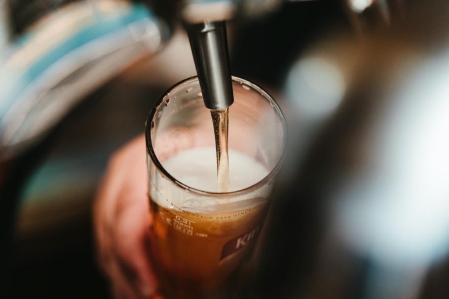 Et billede, der indeholder kop, bord, glas, indendørs  Automatisk genereret beskrivelse
