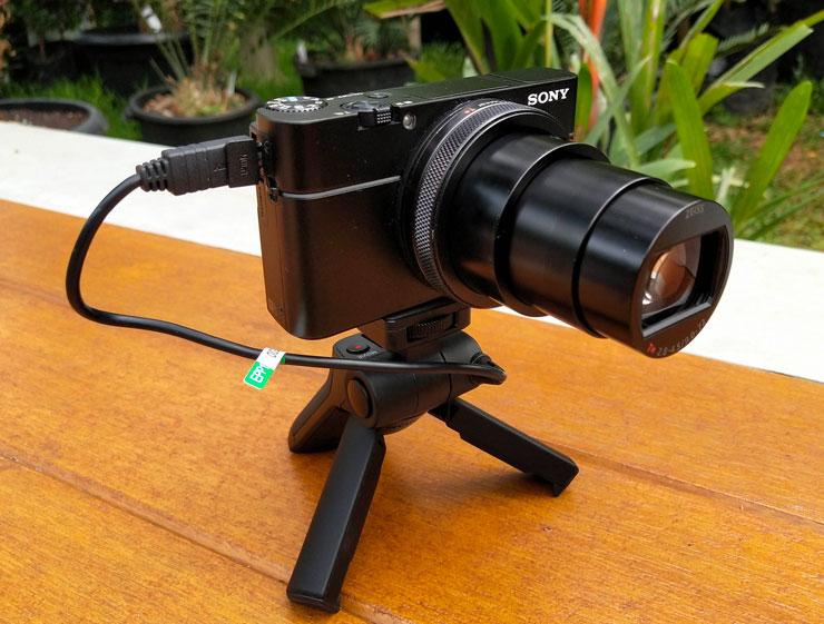 Shooting grip bisa berfungsi sebagai tripod.Foto: Dicky