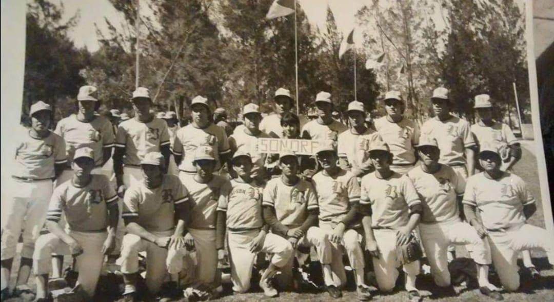 Foto en blanco y negro de un grupo de personas posando para una foto  Descripción generada automáticamente