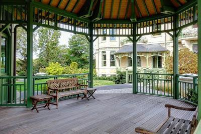 Une image contenant extérieur, banc, bâtiment, clôture  Description générée automatiquement