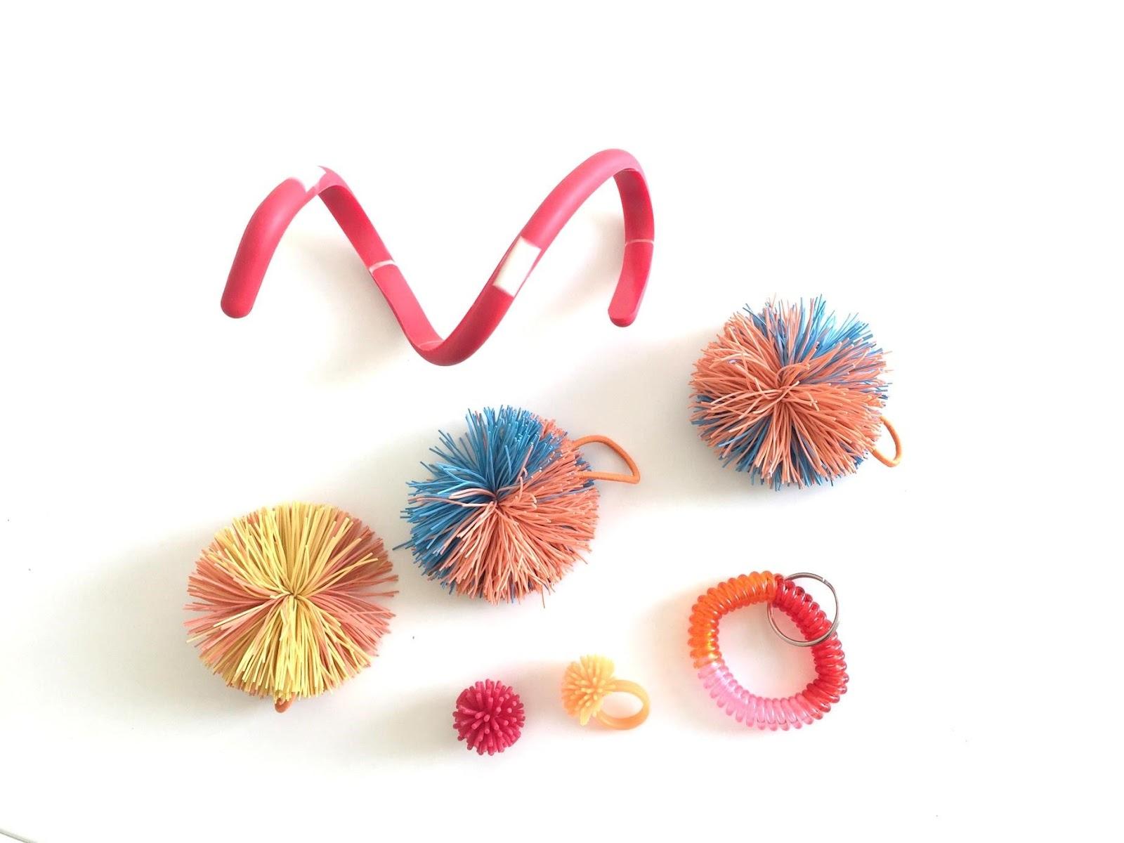 Bild som föreställer några olika sorters fidget-saker.