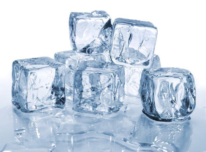 trị mụn bằng đá lạnh