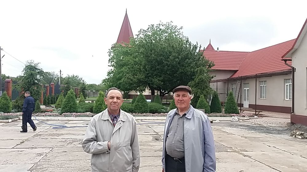 У протестантів. Пастор Василій (зліва).jpg