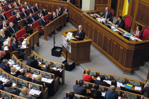 """Віцепрезидент Сполучених Штатів Америки Джо Байден виступає уВерховній Раді України, 8грудня 2015року. Говорить про помаранчеву революцію іРеволюцію гідності. Про необхідність антикорупційної, енергетичної, судової йправоохоронної реформ: """"Чи олігархи, чині– всі повинні діяти заодними правилами, сплачувати податки, улагоджувати свої суперечки всуді, анешляхом залякування суддів. Уцьому суть. Саме так держави досягають успіху вХХІ столітті"""". Наприкінці цитує українською """"Заповіт"""" Тараса Шевченка"""