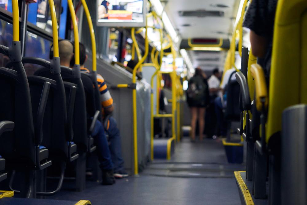 Interior de ônibus com passageiros