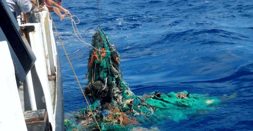 Raccolta di rifiuti dal mare