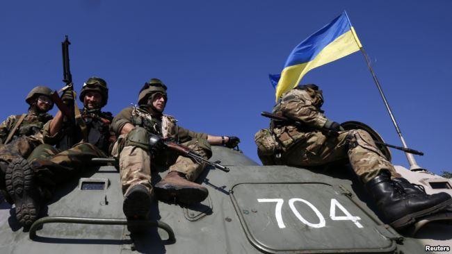 Украинские военные на боевых позициях в зоне конфликта на Донбассе