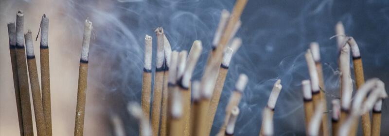 Incensos e seus usos e benefícios terapêuticos. Como usar e quais aromas usar e para que servem.