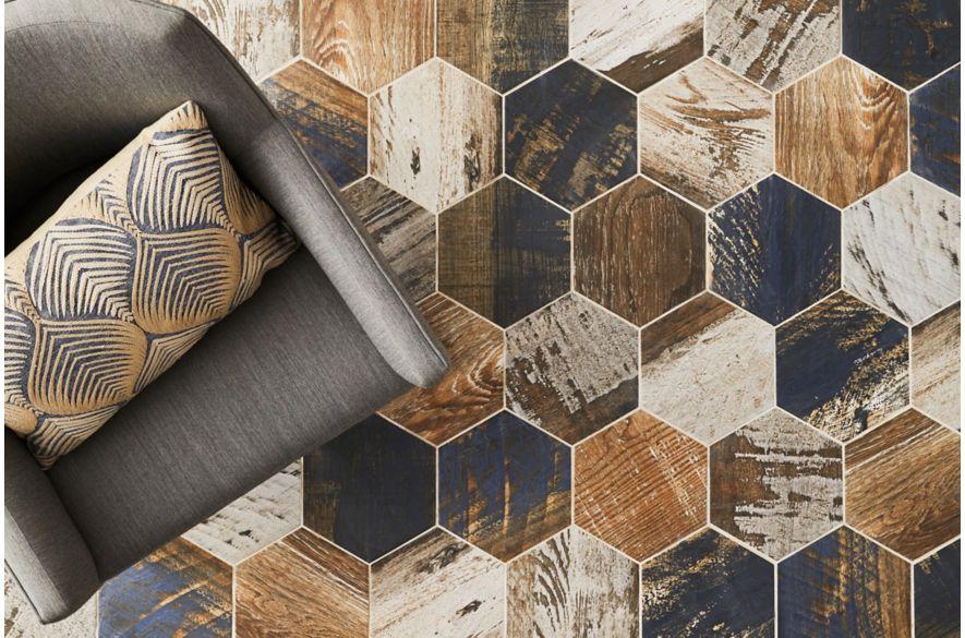 Gạch lát sàn hình lục giác màu xanh lam và gỗ.