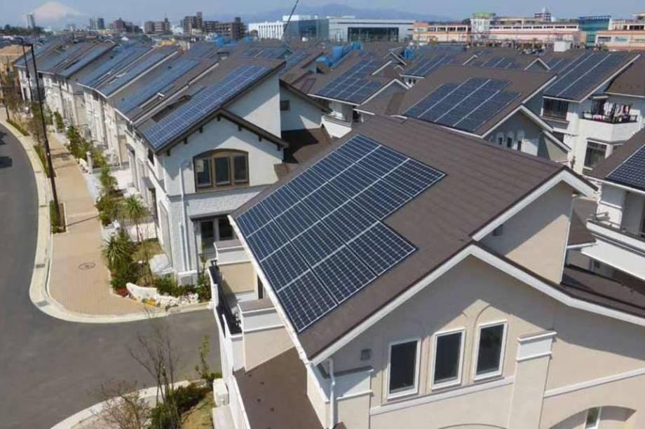 casas de Fujisawa com painéis solares em seus telhados.