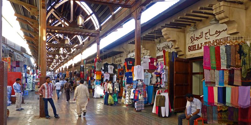 Dù có ý định mua sắm hay không, những ngôi chợ ở Dubai cũng đều chào đón bạn với sự nhộn nhịp, sống động và tràn đầy năng lượng. Những mặt hàng nổi bật nhất ở chợ này có thể kể đến là vàng, nước hoa và vải vóc. (Ảnh: Internet)