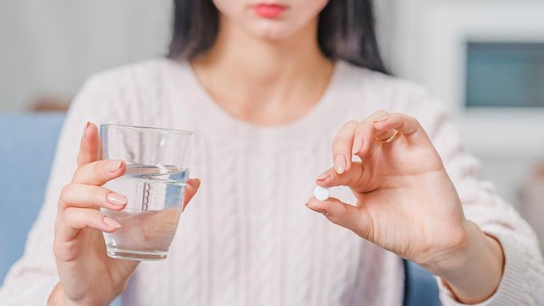 Dùng thuốc Tây chữa đau dạ dày sau sinh cần phải cẩn thận để tránh ảnh hưởng đến nguồn sữa mẹ