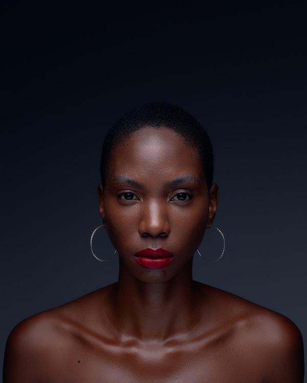 foto de uma mulher negra maquiada