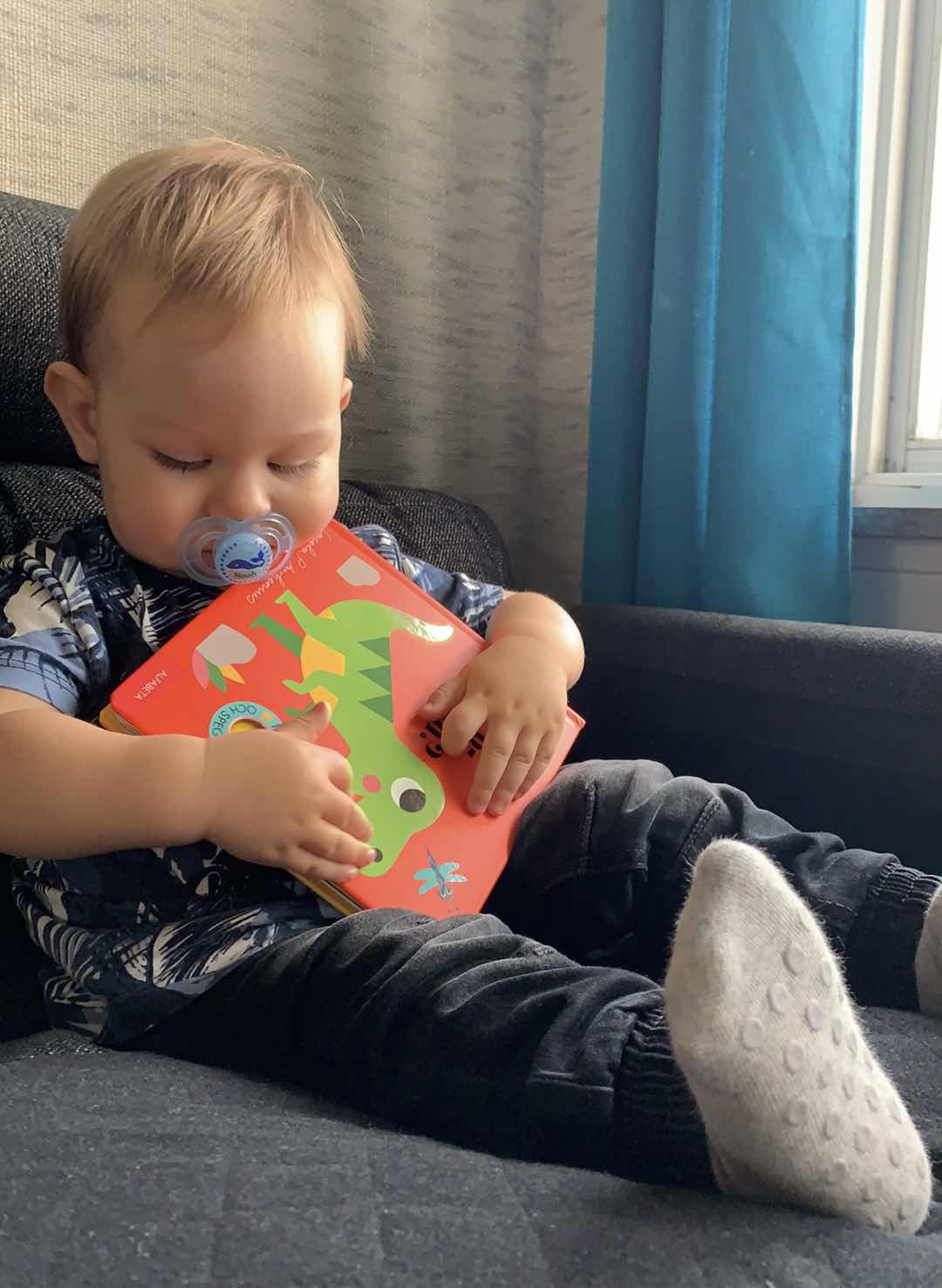 Noah med sin älskade Dinosauriebok.