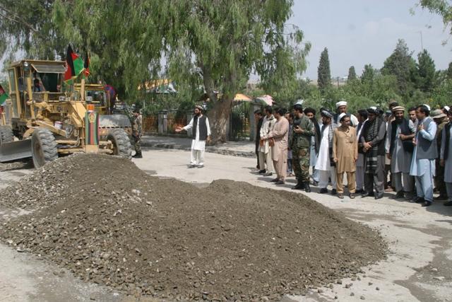 په خوست ښار کې د ۲۸ مېلیونه افغانیو په ارزښت د دوو مهمو سړکونو د جوړولو چارې پيل شوې