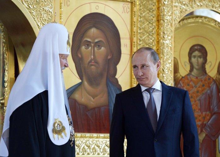 Президент России Владимир Путин и Патриарх Кирилл во время визита в церковь святого равноапостольного князя Владимира в Москве, 27 июля 2014.