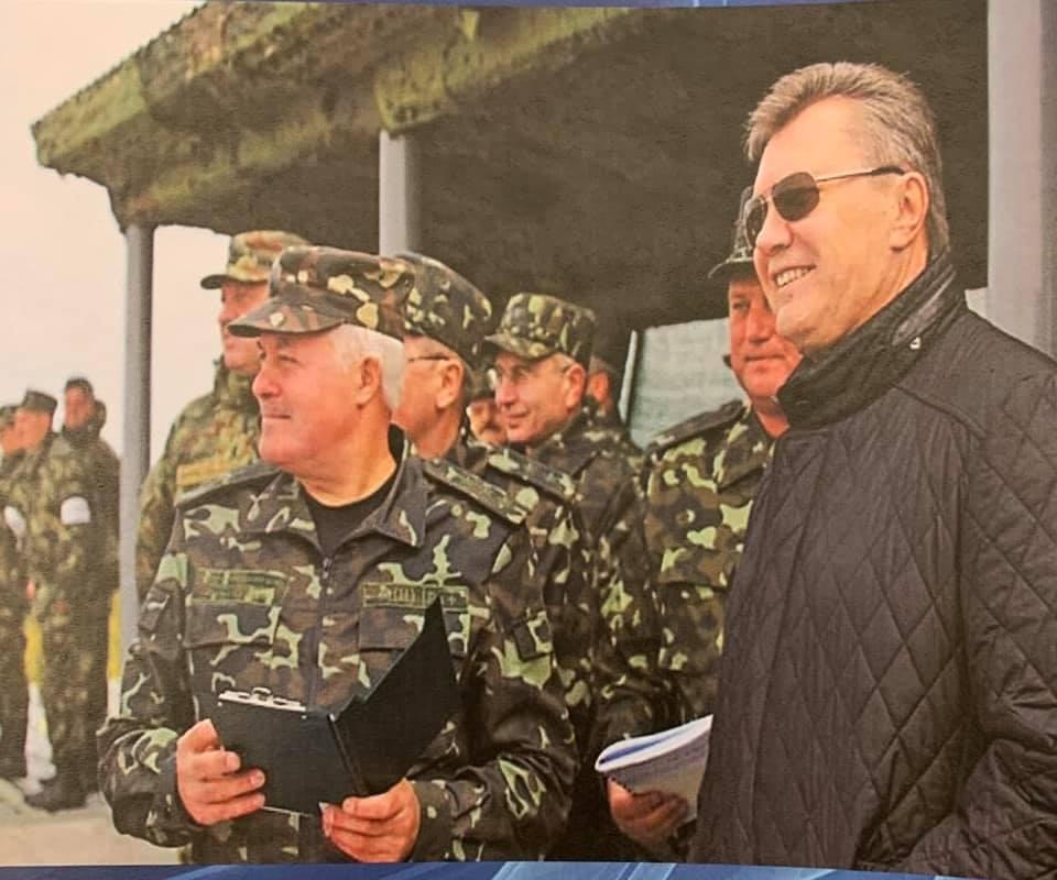 пан Замана жодного разу не мав особистих зустрічей з президентом Януковичем, а за час служби вони перетиналися з тодішнім главою держави всього декілька разів, зокрема під час проведення навчань