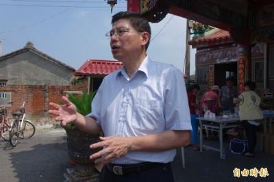 台大教授詹長權今天到彰化縣大城鄉台西村,了解居民健檢情況。(記者劉曉欣攝)