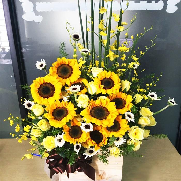 Ảnh có chứa hoa, cây, bàn, bình  Mô tả được tạo tự động