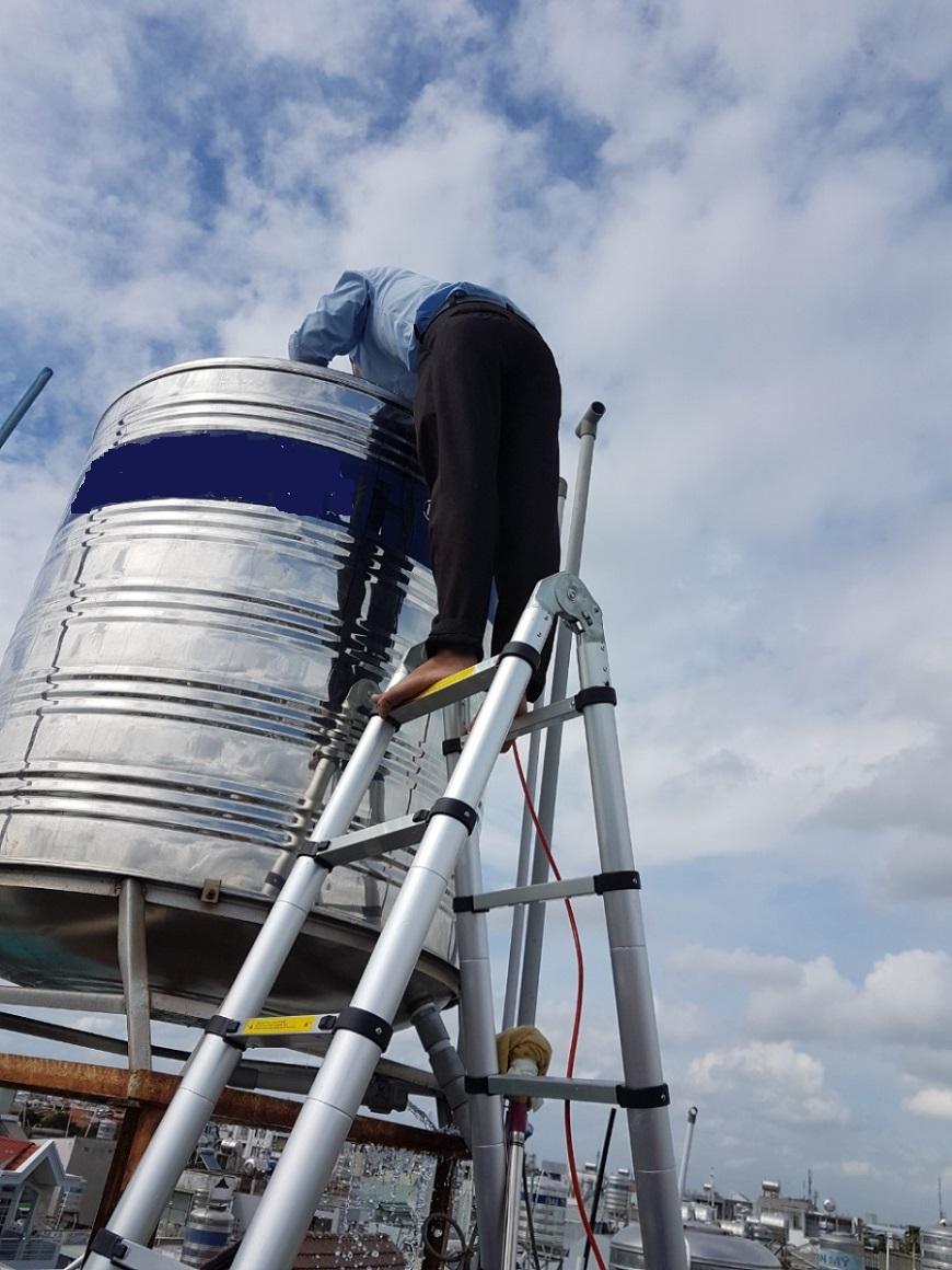 Kiểm tra vệ sinh thiết bị chứa nước