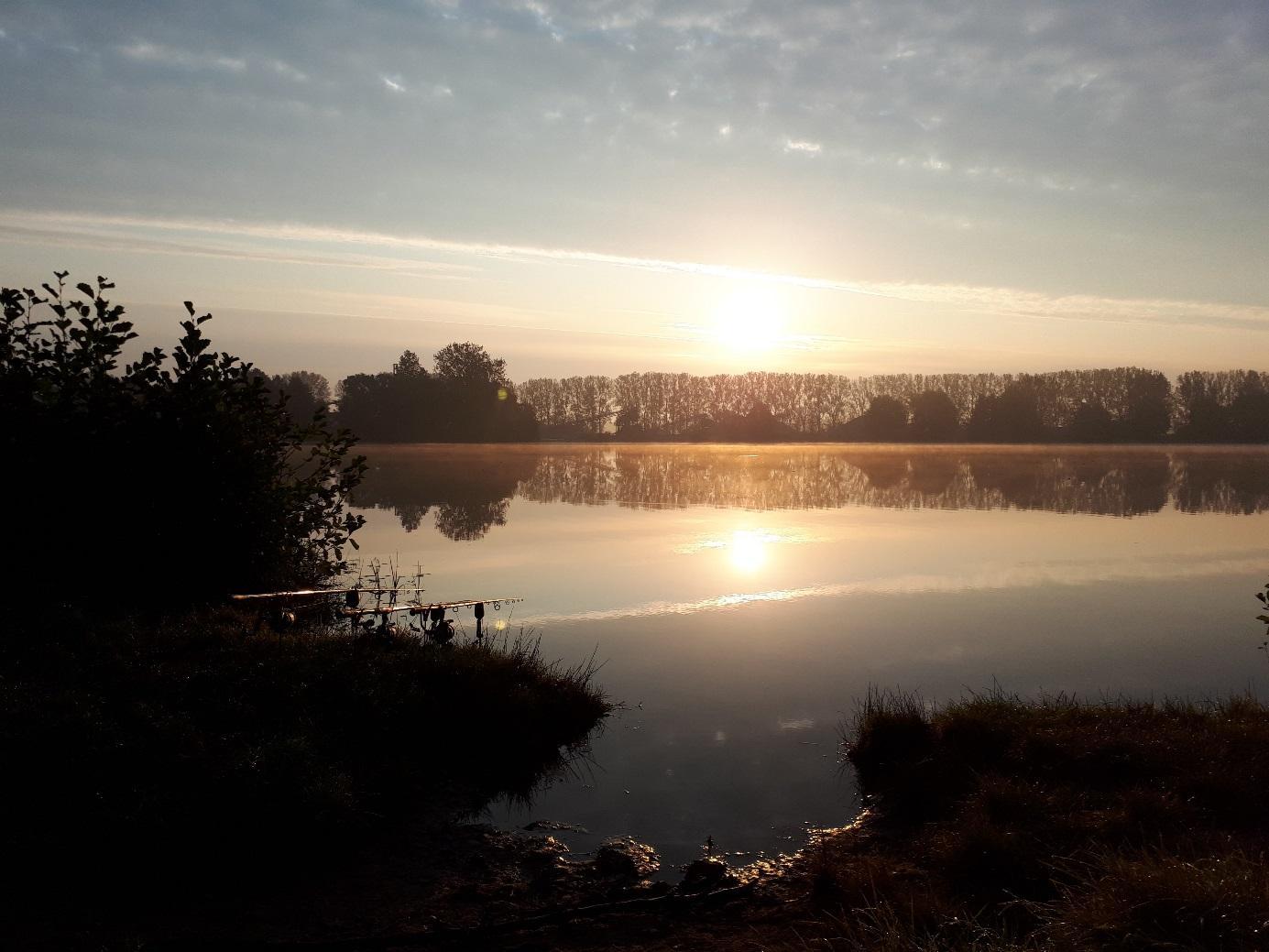 Tiefer Baggersee im Herbst - hier können große Futtermengen zum Karpfenangeln eingebracht werden