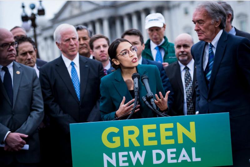 A deputada Alexandria Ocasio-Cortez de Nova York e o senador Edward J. Markey de Massachusetts, ambos proponentes do Green New Deal. ( Fonte: The New York Times/ Pete Marovich/ Reprodução)