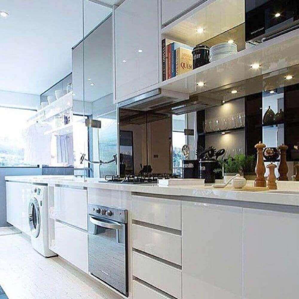 Imagem de uma área de serviços pequena acoplada à cozinha, ampliando o uso e favorecendo o espaço com funcionalidade 2 em 1